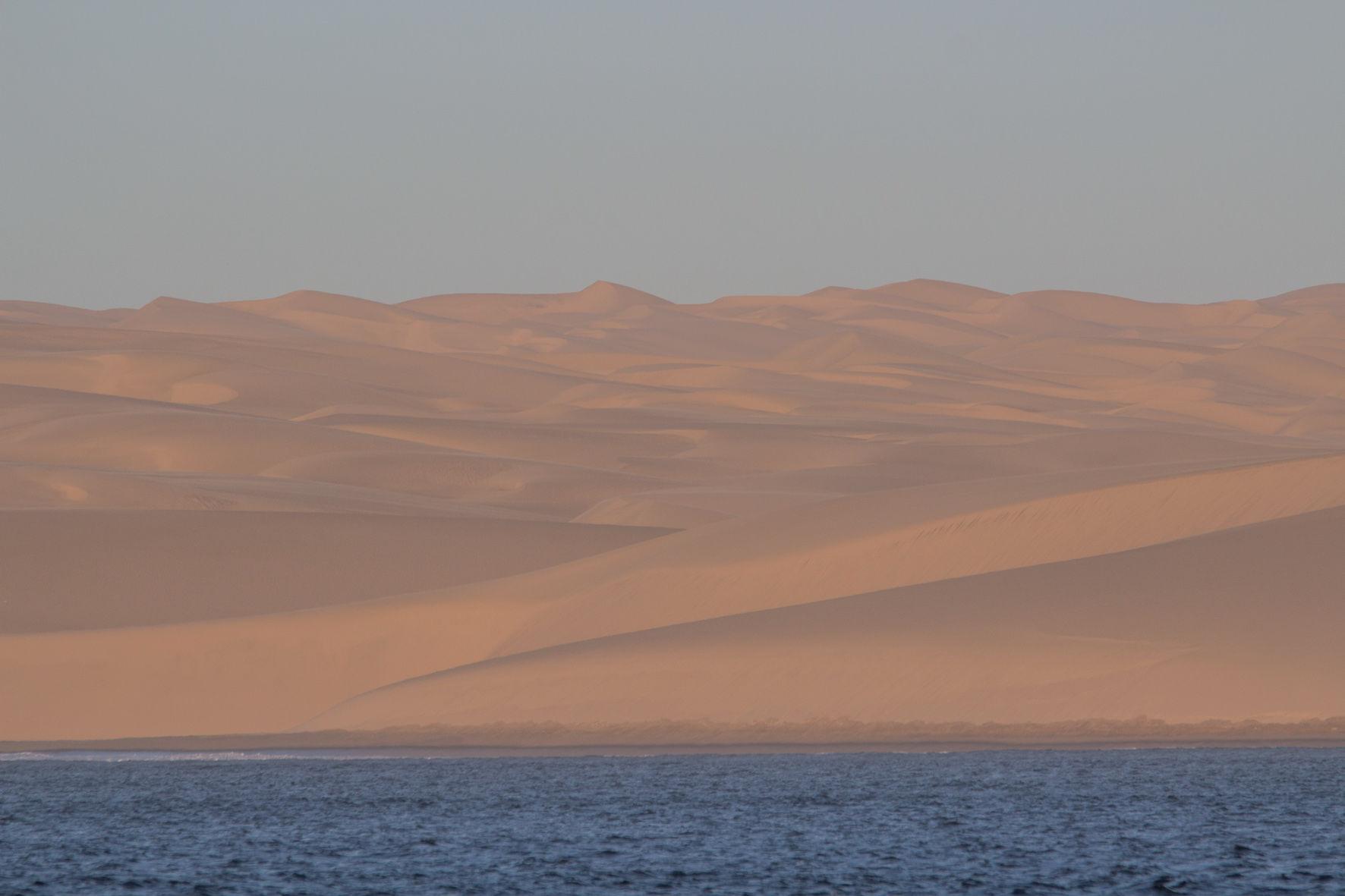 Au mouillage de Hottentot Bay en Namibie, avec les incroyables dunes de sable en décor. Vertigineux !