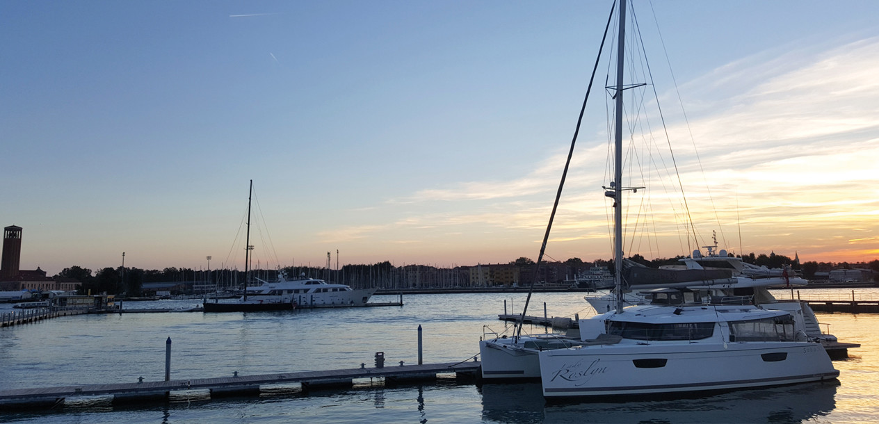 In the marina, just a few cables from Venice: the ideal spot to set off from and discover the City of the Doges and the lagoon.
