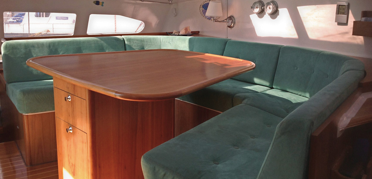 The saloon is pushed to the very front of the nacelle; with three extra stools, 7 or 8 people can be accommodated.