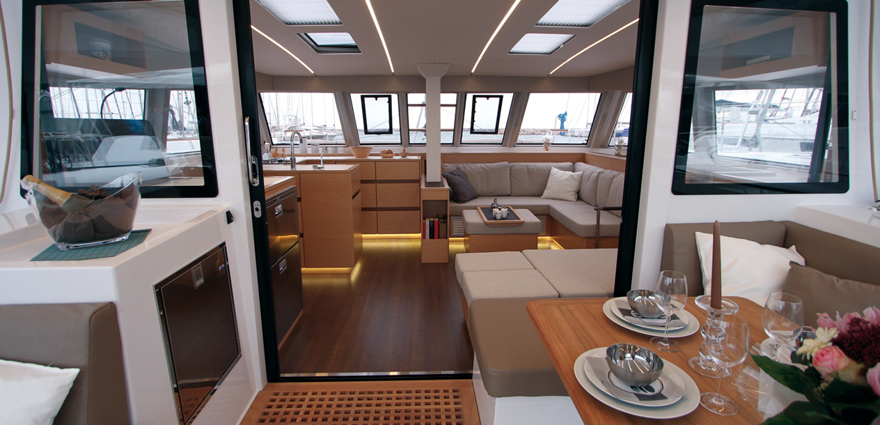 In the Open concept the long coachroof overhangs and the wraparound bimini protect the cockpit effectively, even in bad weather; as a result, the border between interior and exterior (almost) no longer exists.