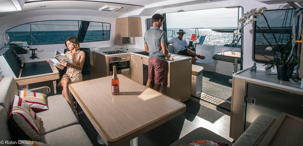 Of course the nacelle doesn't have the volume of other 45-foot catamarans. But nothing is lacking, especially an appealing panoramic saloon.