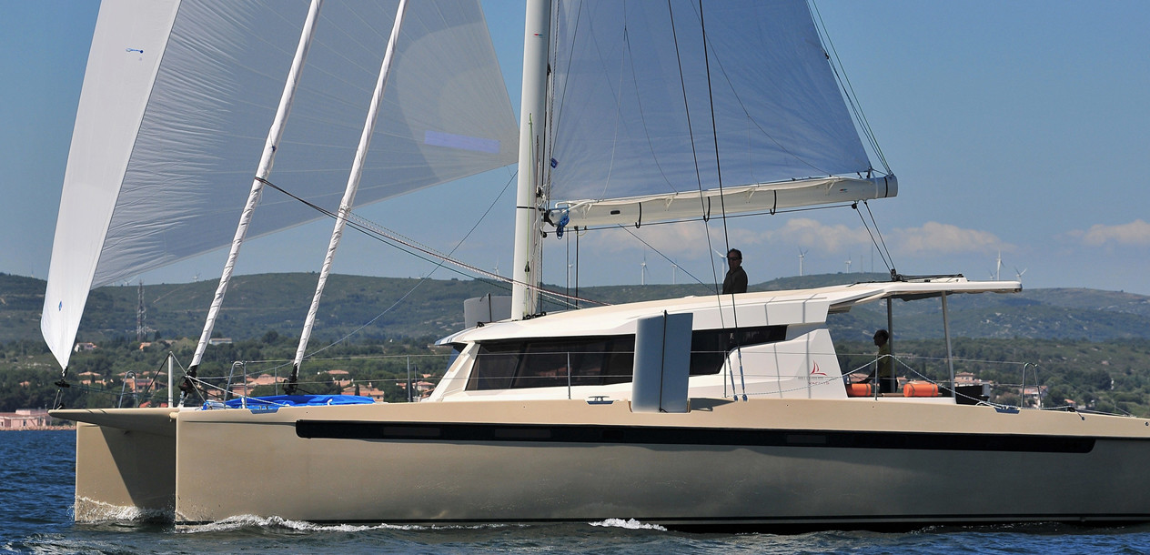 With its slim hulls, its daggerboards and its carbon mast, the S48 certainly is a fast cat.
