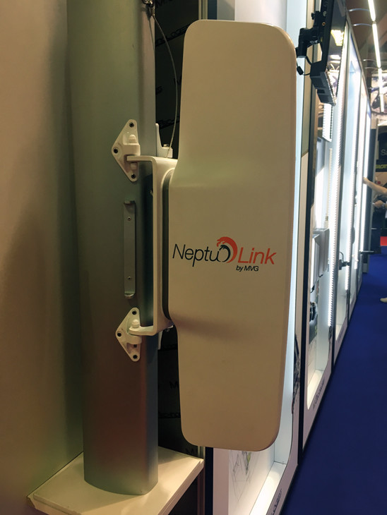 The aerodynamic body of MVG's Neptulink hides two aerials, one of which is oriented downwards, to optimize reception of the radio waves which are reflected by the surface of the sea.
