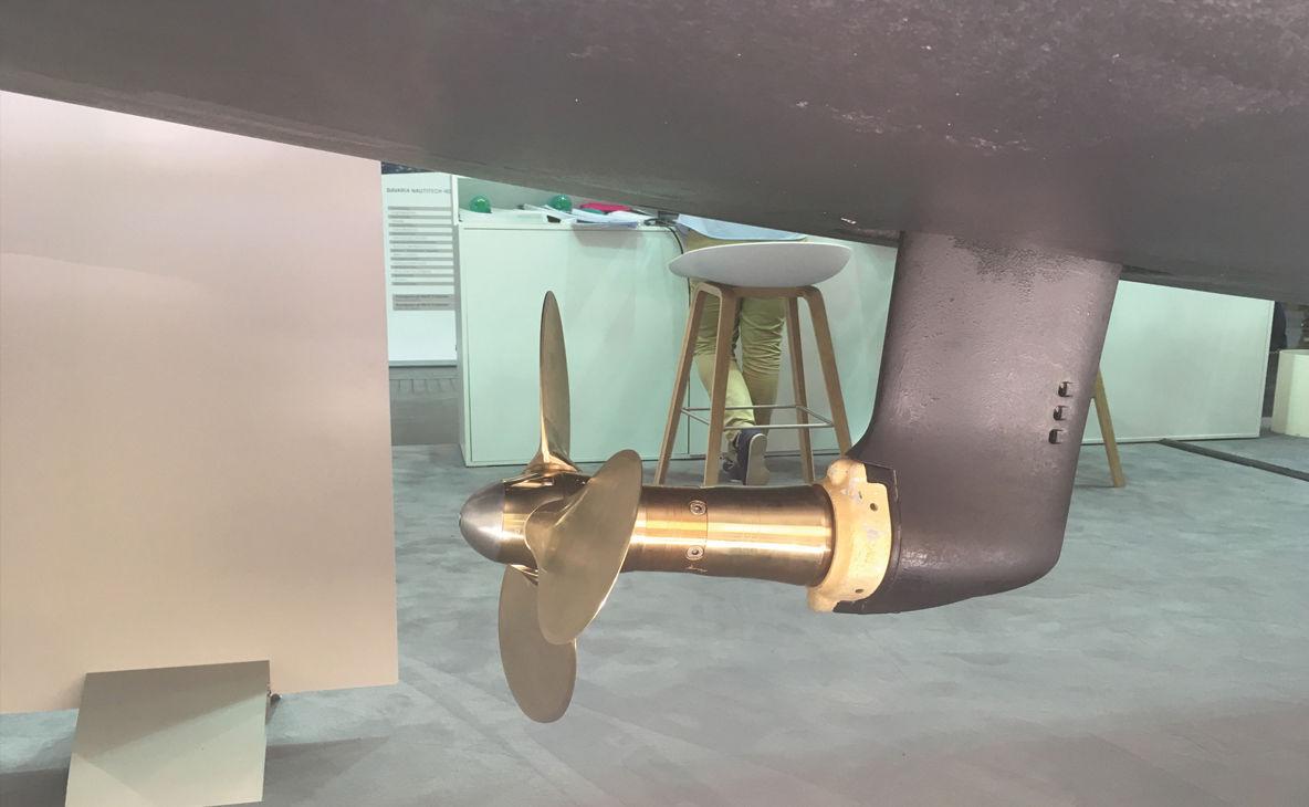 Embase saildrive Propulsion parfaitement verticale, liberté d'emplacement du moteur, peu de vibrations : voilà les principaux avantages de la transmission à engrenages saildrive, directement solidaire du bloc moteur. En revanche, elle réclame plus d'entretien (vidange de l'embase, changement du joint) et des sorties d'eau.