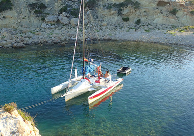 A different way of sailing: on a transportable or with a charter-management boat?