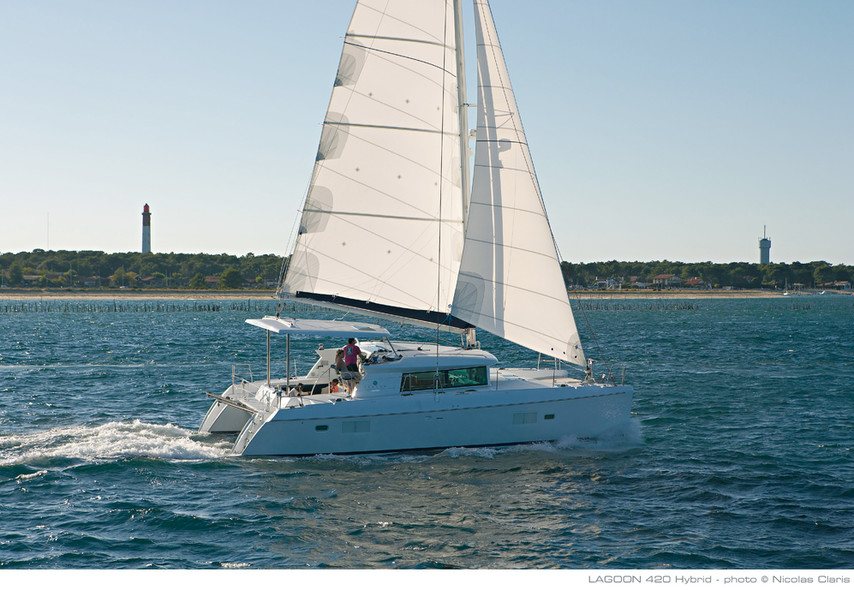 Test Lagoon 420 Hybrid